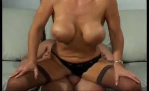 Sexy Milf Stuffs Her Cunt With Lots Of Meat Curling Her Labia !